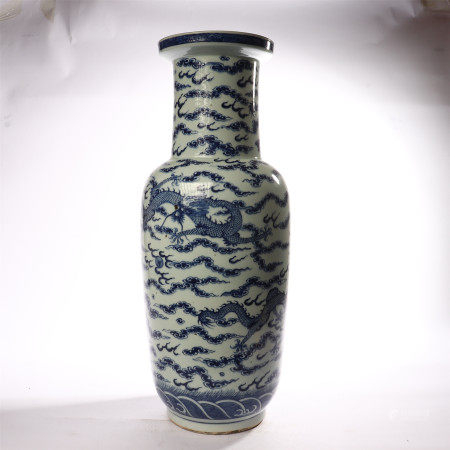 Blue and white dragon shaped mallet bottles in the middle of Qing Dynasty