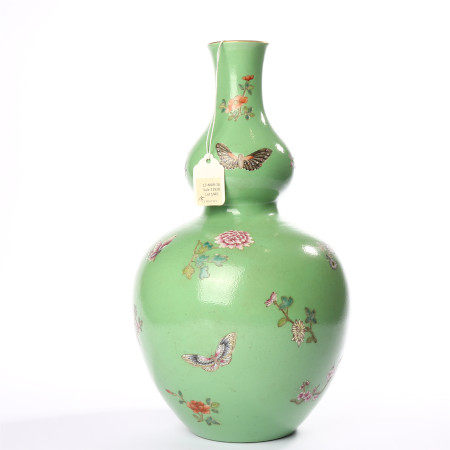 Turquoise green glaze famille rose flower butterfly decorated gourd vase in Qianlong of Qing Dynasty