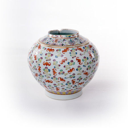 Pastel painted bat decorated jar in the middle of Qing Dynasty