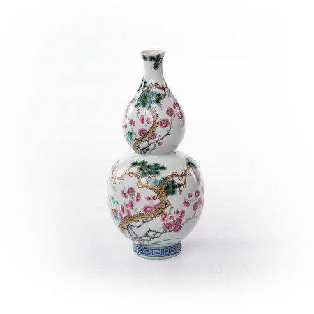 Gourd bottles decorated with famille rose flowers in the middle of Qing Dynasty
