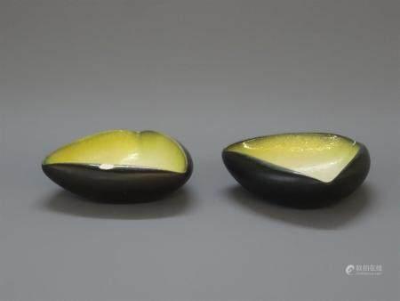 POL CHAMBOST (1906-1983)Paire de coupes triangulaires en céramique émail noir et intérieur jaun