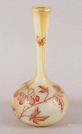 KLEINE VASE, leicht getöntes Glas, geätztes Rankendekor, rot bemalt, Goldstaffage, an der Lippe