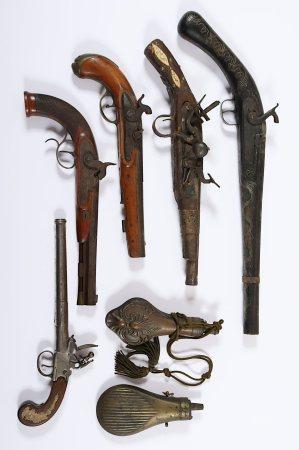 FÜNF PISTOLEN UND ZWEI PULVERFLASCHEN, drei Percussions- und zwei Steinschlosspistolen verschiedener