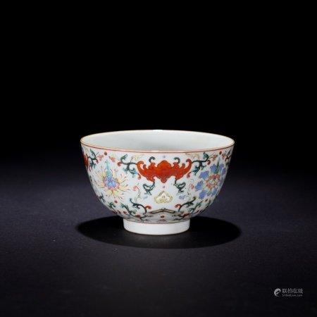 清 粉彩蝠紋花卉碗
