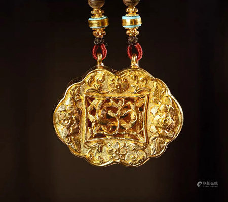 A CHINESE FLOWER&BIRD CARVED GOLD LOCK PENDANT