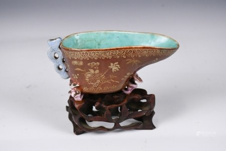 A SMALL BROWN GLAZE GILT CUP WITH STAND QING