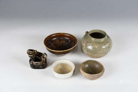 FIVE SMALL PORCELAIN ARTICLES