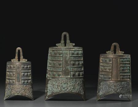 春秋晚期 青銅盤龍紋獸鈕鐘一組三件