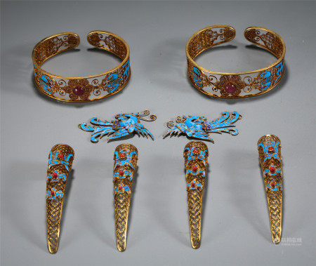 A SET OF CHINESE GILT SILVER KINGFISHER FEATHER ACCESSORIES WITH BRACELET AND HAIR PIN