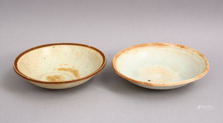 A GOOD PAIR OF EARLY CHINESE POTTERY BOWLS, 14cm & 15cm diameter