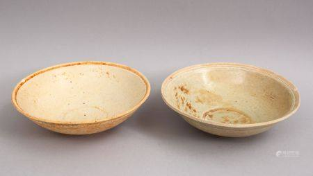 A GOOD PAIR OF EARLY CHINESE POTTERY BOWLS, 15cm diameter