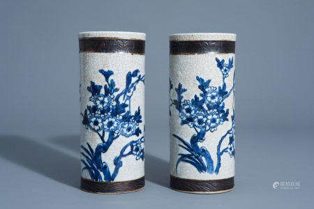 A pair of Chinese blue and white Nanking crackle glazed