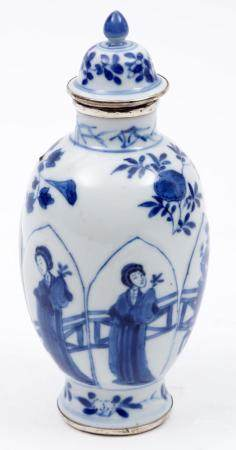 Blue / white Chinese porcelain tea caddy with Long Liza deco