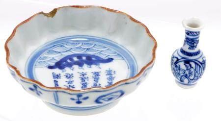Blue / white Chinese porcelain miniature etagère vase depic