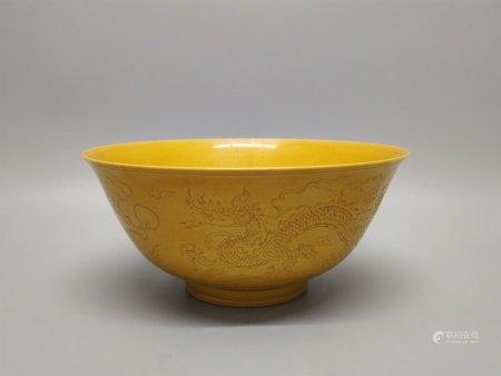 明成化 焦黄釉刻双龙纹碗