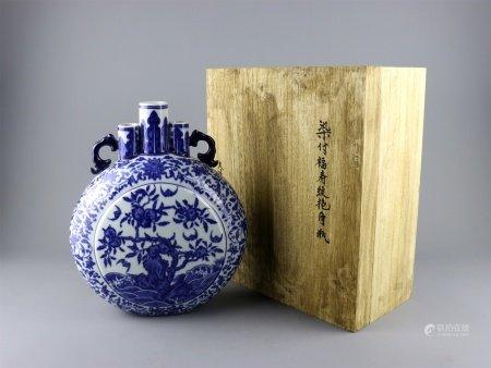 清乾隆 青花福山寿海纹抱月瓶