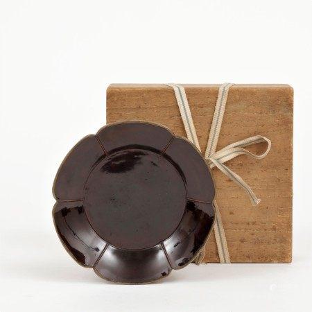 宋 鑲銅口六瓣素漆花口盤