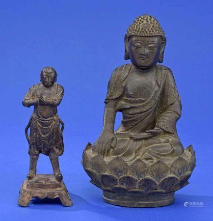 Buddha und betender MönchBronze. H 28 cm bzw. 21 cm.