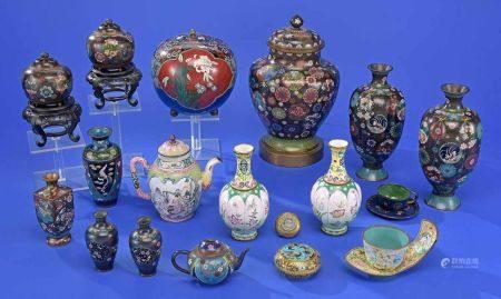 Sammlung von 20 Cloisonné- und Emaille-Objekten China und Japan, 19./20. Jhdt.Vasen, Dosen, Kännchen