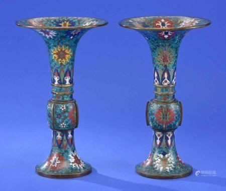 Ein Paar chinesischer Cloisonné-VasenUmlaufend emailliert. H 35,5 cm.
