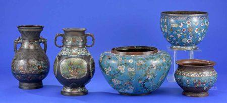 Drei Cloisonné-Übertöpfe und zwei -VasenUmlaufendes Emailledekor. H 36 cm bzw. Ø 40 cm u. kleiner.
