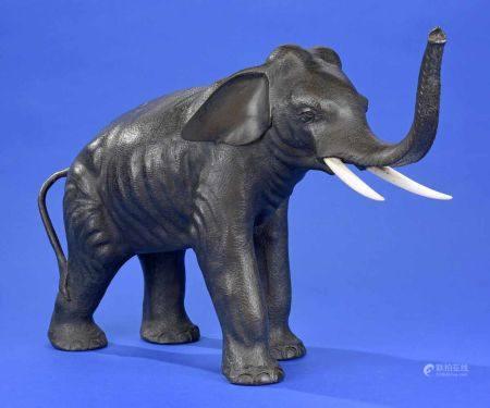 Elefant mit erhobenem Rüssel Japan um 1900