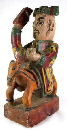 Daoistische Gottheitzu Pferde. China, Qing-Dynastie. Holz geschnitzt mit Resten der alten
