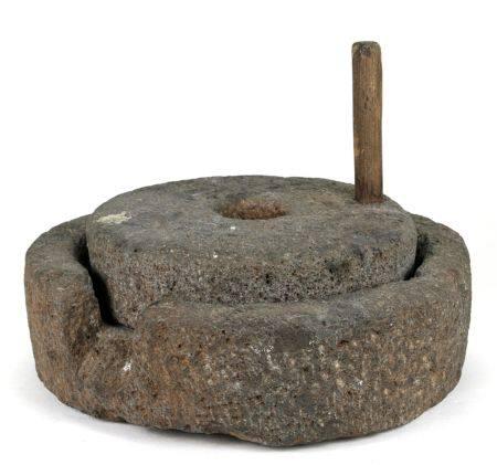 DrogenmühleAfghanistan 19. Jh. Lavasteinreibe. Durchmesser ca. 26 cm, Höhe ca. 20 cm. Gewicht ca. 12