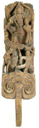 DachstützeChina Ming-Dynastie. Aufwendig mit Kampfszenen geschnitztes Holzelement mit wohl