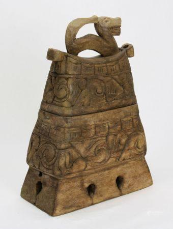 FischbehälterBali 19 Jh. Geschnitztes Holz. Konisches Behältnis geschnitzter Wandung, Deckel und