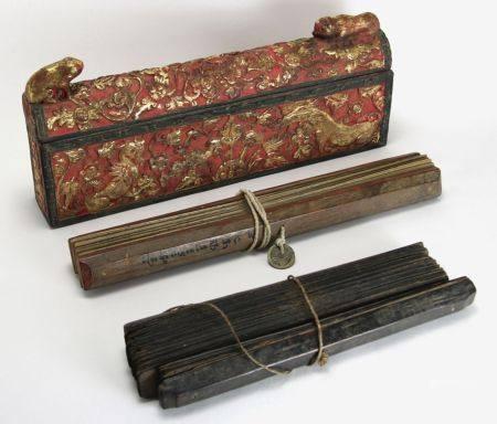 Konvolut GebetsschriftenIndonesien. Holz, teils geschnitzt, teils Rot und Gold gefasst. Zwei