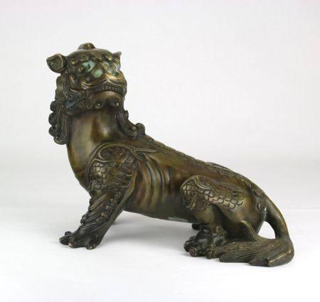 Fo HundChina um 1900. Bronze. Sitzender buddhistischer Löwe mit welliger Mähne. Größe ca. 10,5 x