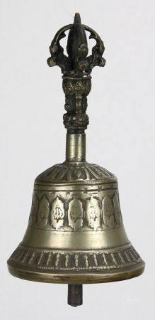 RitualglockeTibet um 1900. Bronze. Umlaufendes Zierfries. Auf separatem Griff bekröntes Haupt