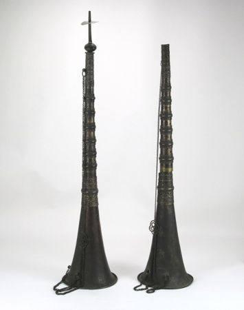 2 TempeloboenTibet. Anfang 1900. Metall. Durchmesser ca. 13,5 cm, Höhe ca. 66 cm. Gesamtgewicht