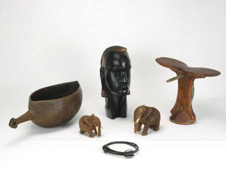 Konvolut AfrikaAfrika 20. Jh. Holz. Eine Kopfstützbank, eine Massaikopfbüste, zweifarbig gefasst und