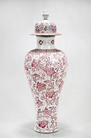 CHINESE RED AND WHITE PORCELAIN COVERED VASE