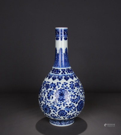 A Chinese Blue and White Twine Pattern Floral Porcelain Vase