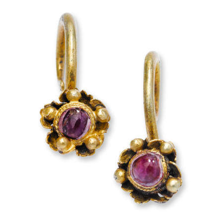 A pair of gilt silver and ruby earrings, erhuan  Ming/early Qing dynasty (2)
