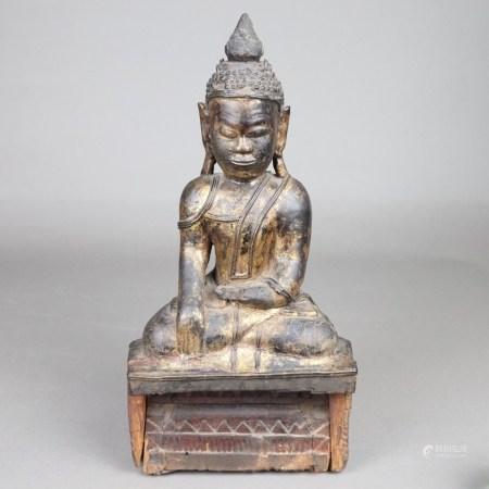 Holzfigur Buddha Shakyamuni - Burma, 19.Jh., Holz mit schwarzer und goldener Lackfassung,