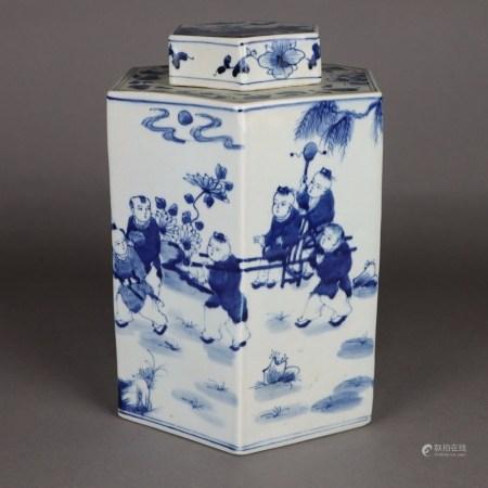 Große Teedose - China, hexagonale Form, Porzellan mit unterglasurblauer figürlicher Malerei,