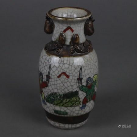 Kleine Balustervase - China, 20.Jh., polychrome Emailbemalung mit Kriegerszene, gräuliche Glasur mit