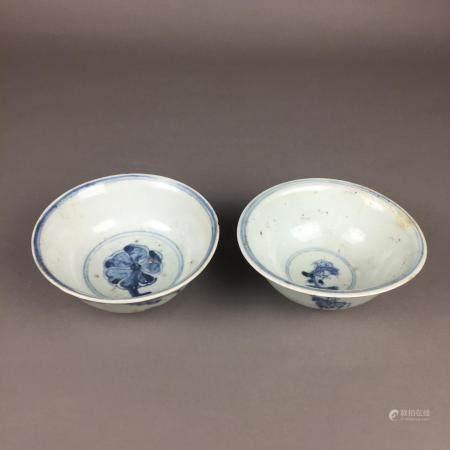 Zwei Porzellanschalen- China, Ming-/Qing-Dynastie, runde, tiefe Schalen auf Standring, innen und