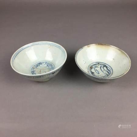 Zwei Porzellanschalen - China, Ming-/Qing-Dynastie, runde, tiefe Schalen auf Standring, innen und