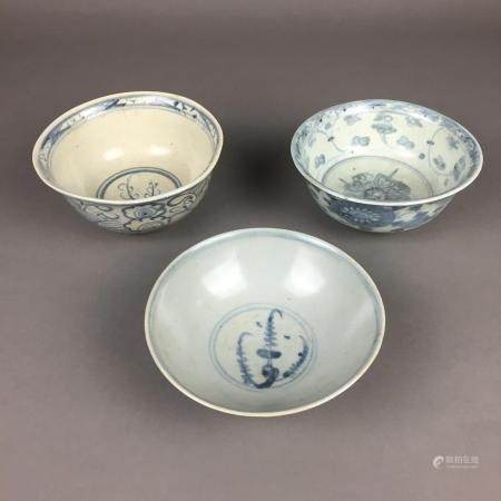 Drei Porzellanschalen- China, Ming-/Qing-Dynastie, runde, tiefe Schalen auf Standring, innen und