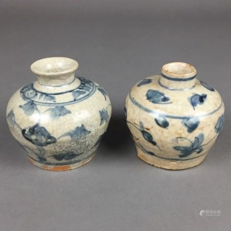Zwei kleine Schultertöpfchen - China, Ming-/Qing-Dynastie, gebaucht mit kurzem Hals, umlaufend