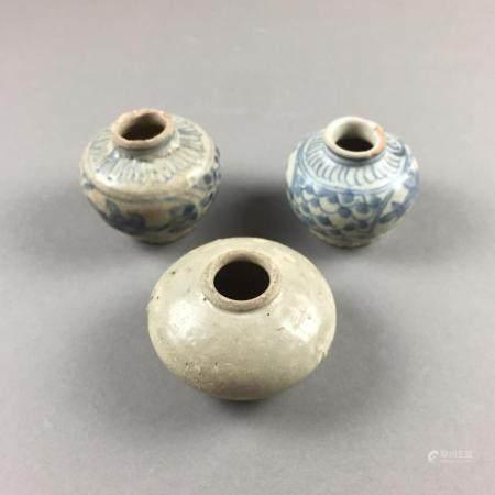 Drei kleine Miniaturgefäße - China, Ming-Dynastie oder früher, gebauchte Schultertöpfchen, 1x