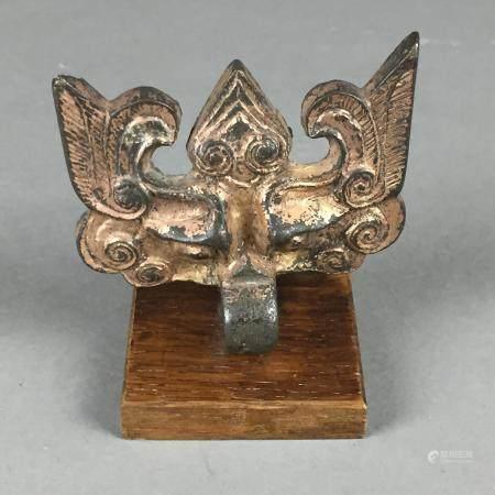 Agraffe in Gestalt einer Taotie-Maske - China, Bronze mit späterer Vergoldung, ca.7,5x9cm, auf