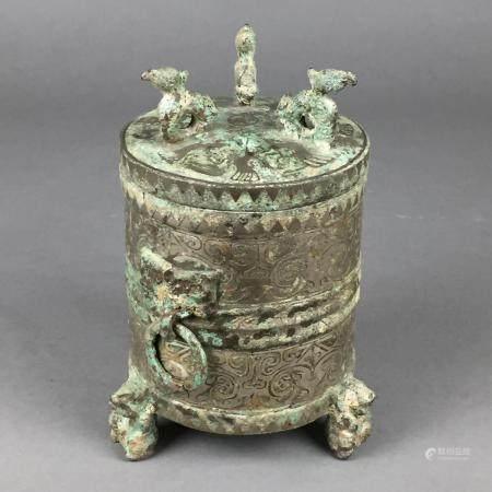 """Tripodes """"Zun""""-Bronzegefäß im Stil der Han-Dynastie - China, zylindrisches Deckelgefäß auf drei"""