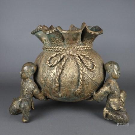 Figürliches Bronzegefäß - China, im Zentrum ein Gefäß in Gestalt eines naturalistisch gearbeiteten