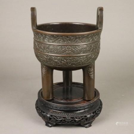 """Dreibeiniges Ritualgefäß vom Typ """"ding"""" - Bronze, China, Qing-Dynastie, auf drei kräftigen"""